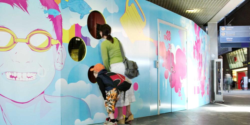 Rom bygger rom på Oslo S - Under omfattende byggearbeider på Oslo S i 2007, ønsket Rom Eiendom AS en helhetlig plan for visuelle uttrykk på byggevegger, brakkerigger og andre midlertidige bygginstallasjoner.  Les mer.