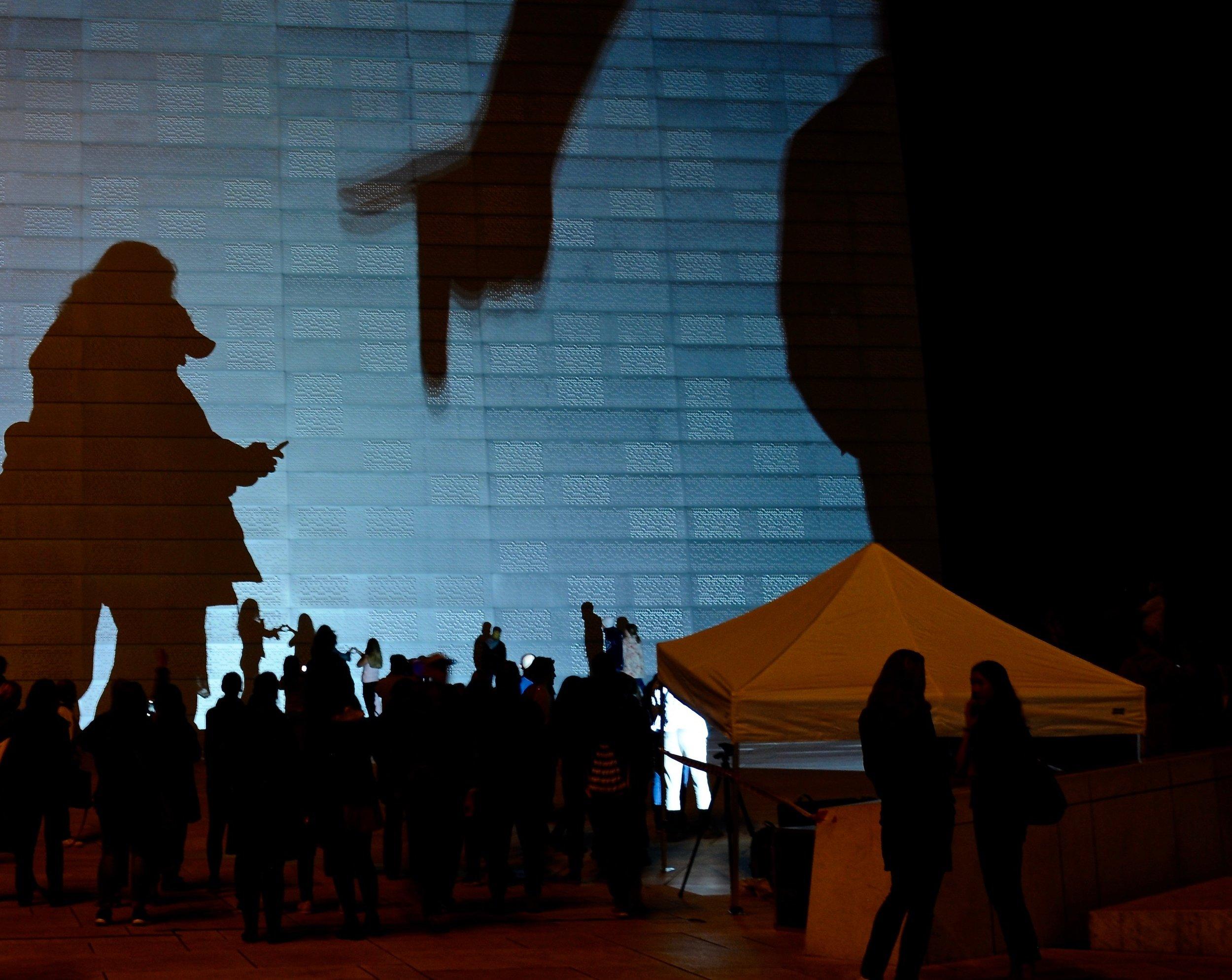 Publikum ble oppfordret til å la sin egen skygge  bli en deltaker i animasjonen - til å bli med på leken.