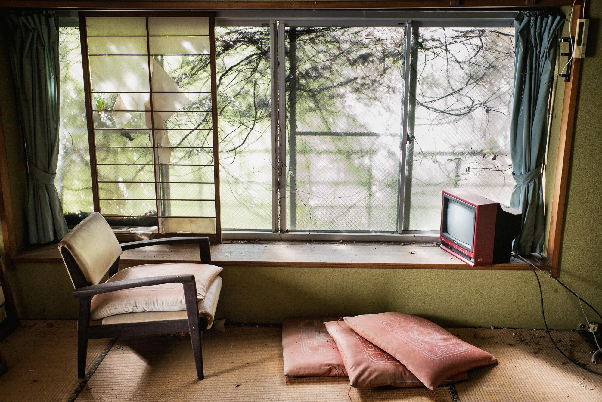 abandoned-japanese-hotel-room-2000.jpg