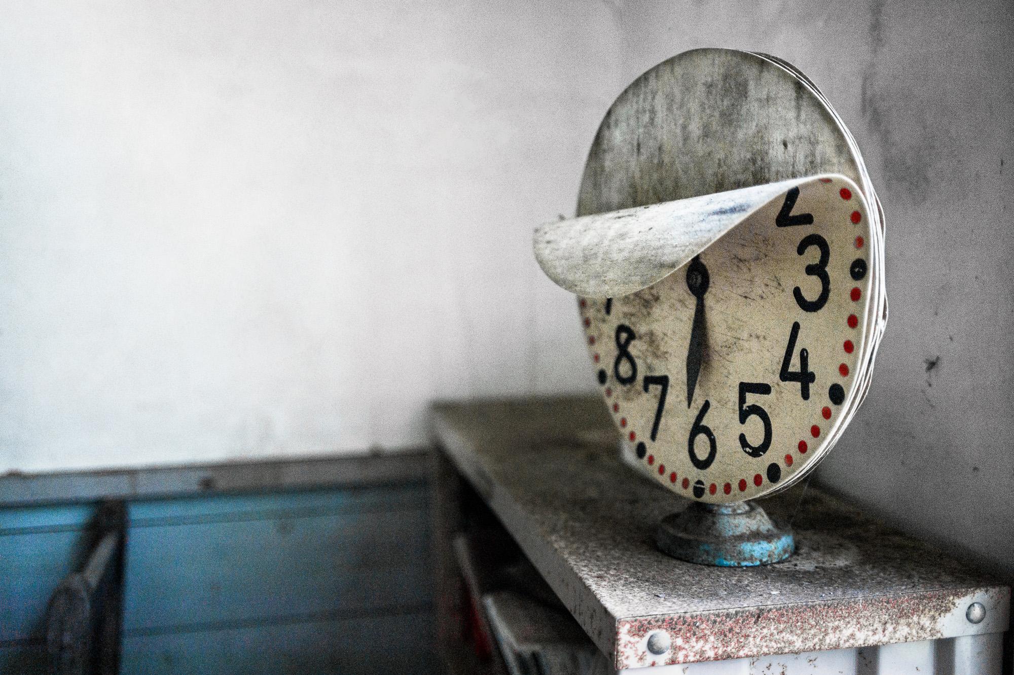 peeling-clock-2000.jpg