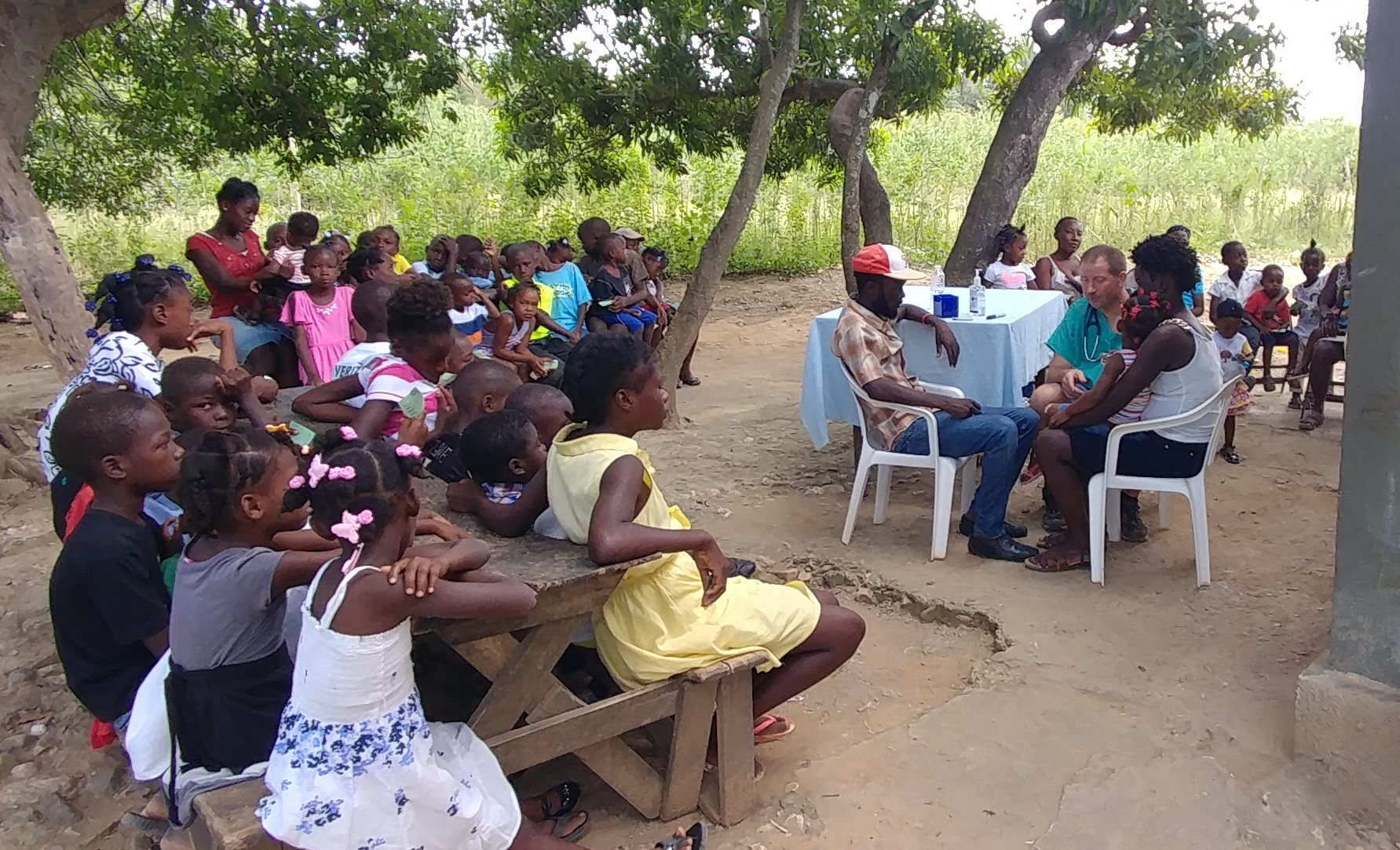 An outdoor clinic in Bohoc