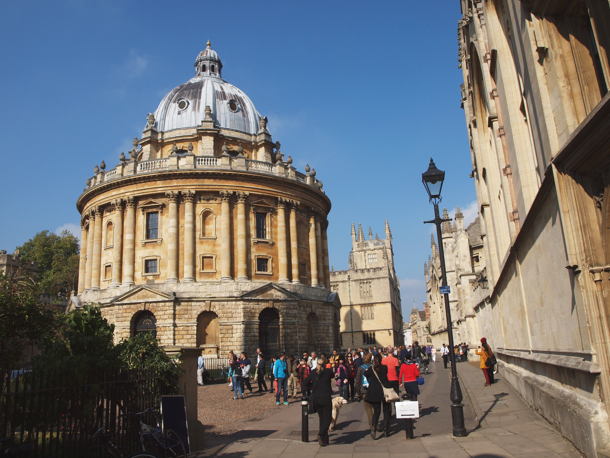 Near the church of oxford- There was a white tour guide speaking in Japanese here