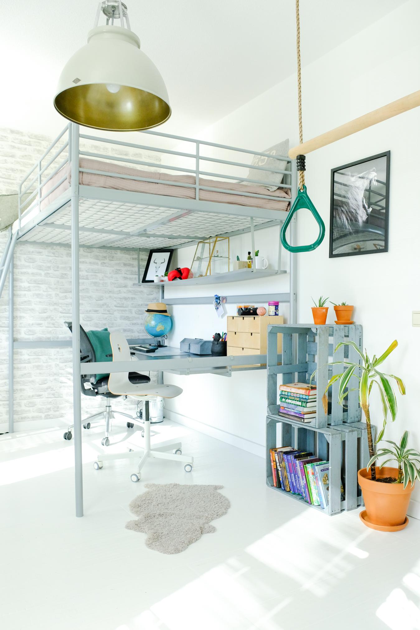 Bed: IKEA via Marktplaats | trapeze: Bol.com | vitrinekastje: Sissy-Boy | behang: Karwei