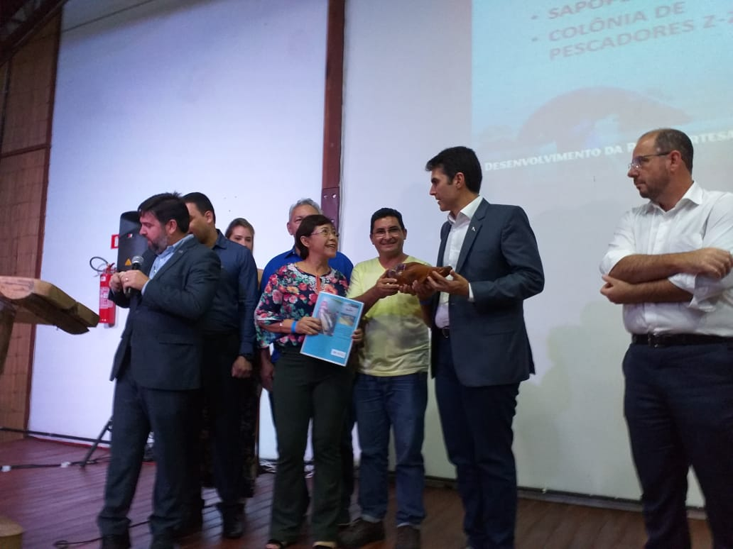 Socorro Pena from SAPOPEMA presents the  Plan for the Sustainable Development of Fisheries and Aquaculture in the Lower Amazon  to Governor Barbalho.