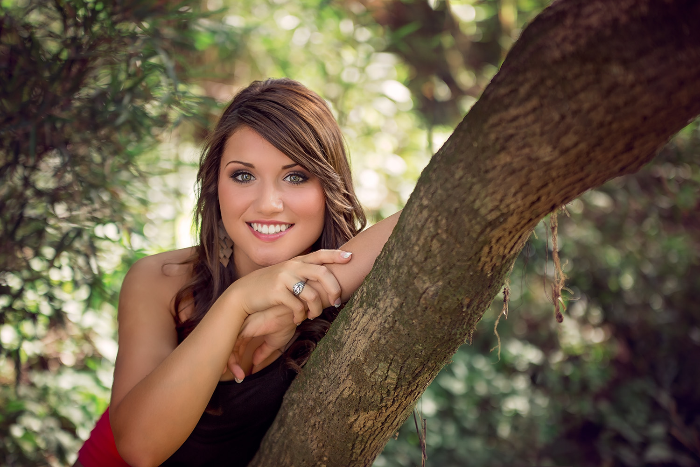 Senior girl poses on tree branch, Springfield Missouri senior photography