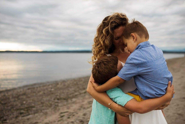 seattle emotive family photography beach pose amy mehlos