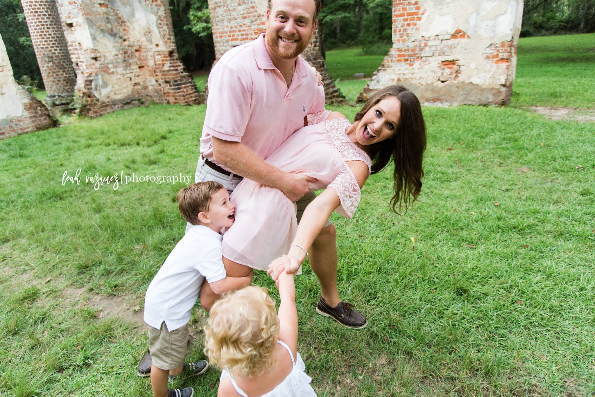 fun emotive connected family photography outdoors leah vazquez