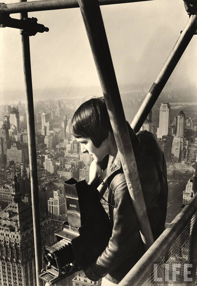 Margaret Bourke-White stands on the scaffolding enclosing the under-construction Chrysler Building in New York, 1931.  Photographer: Henri Cartier-Bresson .