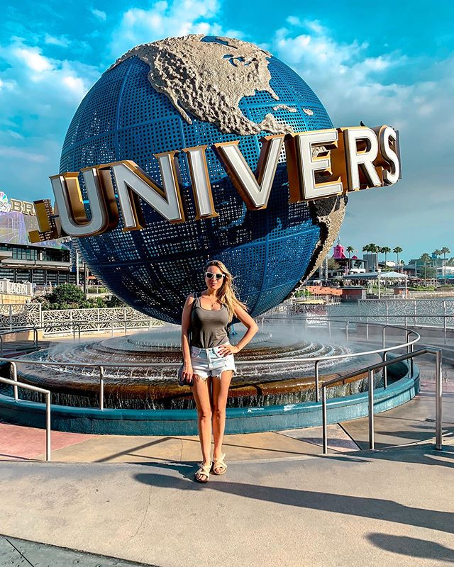 🌎 UNIVERSAL STUDIOS 🌎   TB to fun times @ Universal Orlando.   Ever been? It's super fun ... wether you are doing a family vacation or a friends-only trip. My Top-3 favorite rides are the Jurassic Park, Harry Potter & Transformers.   They also offer discounts for multi-day tickets and you can easily upgrade to VIP / Skip The Line Passes once you are there.  I'm now organizing a Fall Trip to Orlando with some friends ... we'll probably do a combo of Disney & Universal parks.  Can't wait for Epcot thou and drinking around the world! 🍷   Any tips / suggestions for a Adult only 5-day gateway between Disney & Orlando are much appreciated! 💕 • • • • • • #girlstrip #GirlsWhoTravel  #traveling #wanderluster #girlz #Travelgram #picoftheday #travelblogger #themeparkphotography #travelgirl