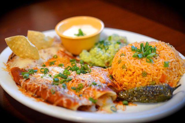 Unas Enchiladas con Frijol y Arroz Mexicano acompañadas con Guacamole y Crema • • • #el7mares #enchiladas #mothersday #guacamole #LA