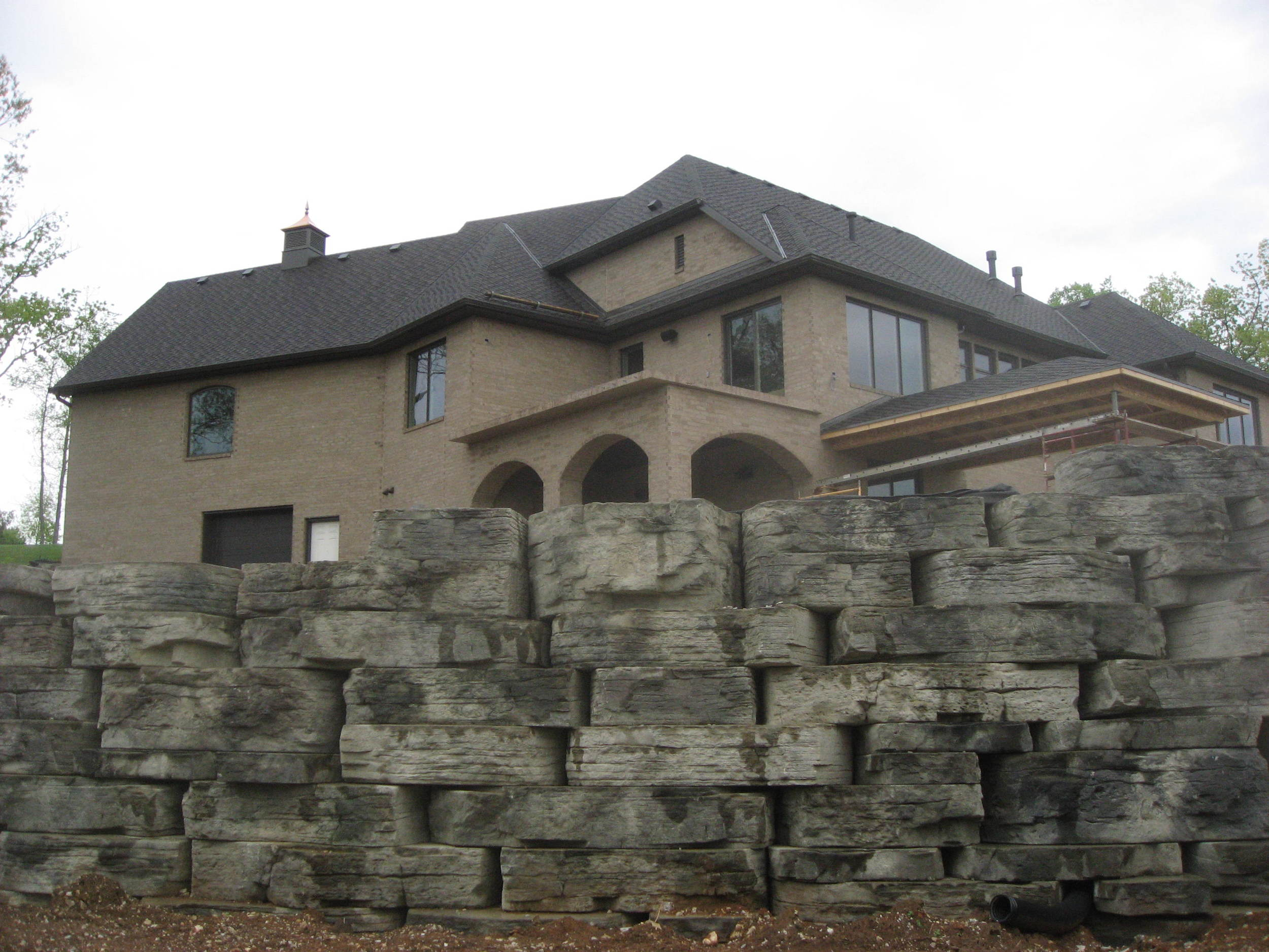 rosetta_outcropping_cedar-valley_stones_boulders_hardscape.JPG