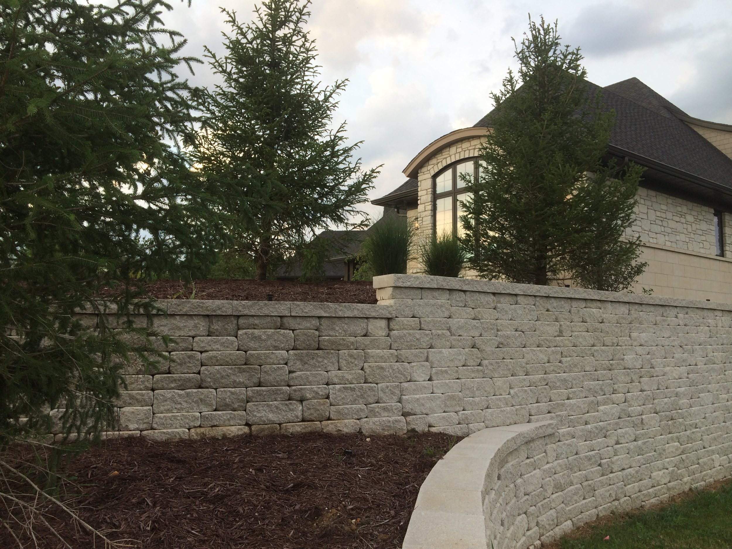 retaining_walls_weathered_versa-lok_MOSAIC-charcoal_3.JPG