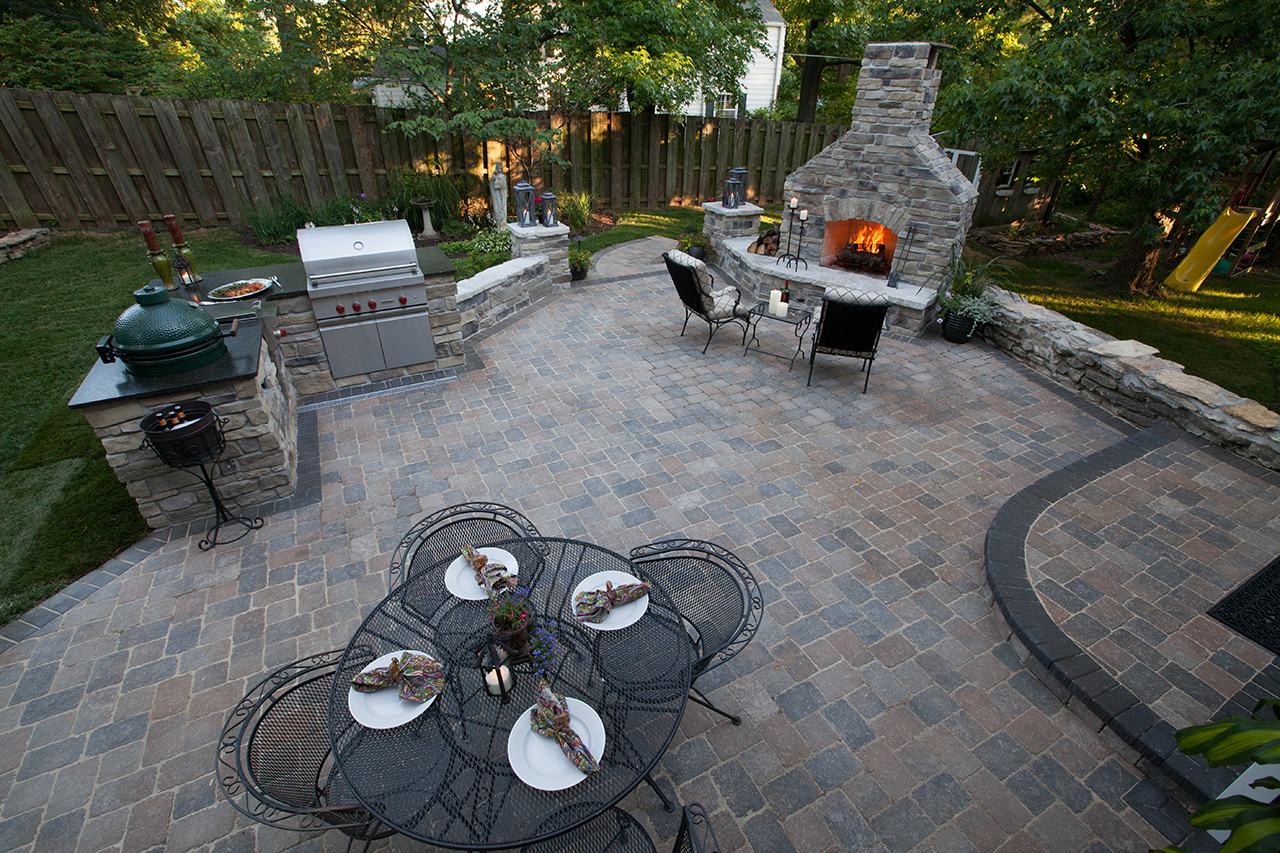 A_romanstone_ledge-rock_timberwoodblend_TWB_hollandstone_paver-patio.jpg