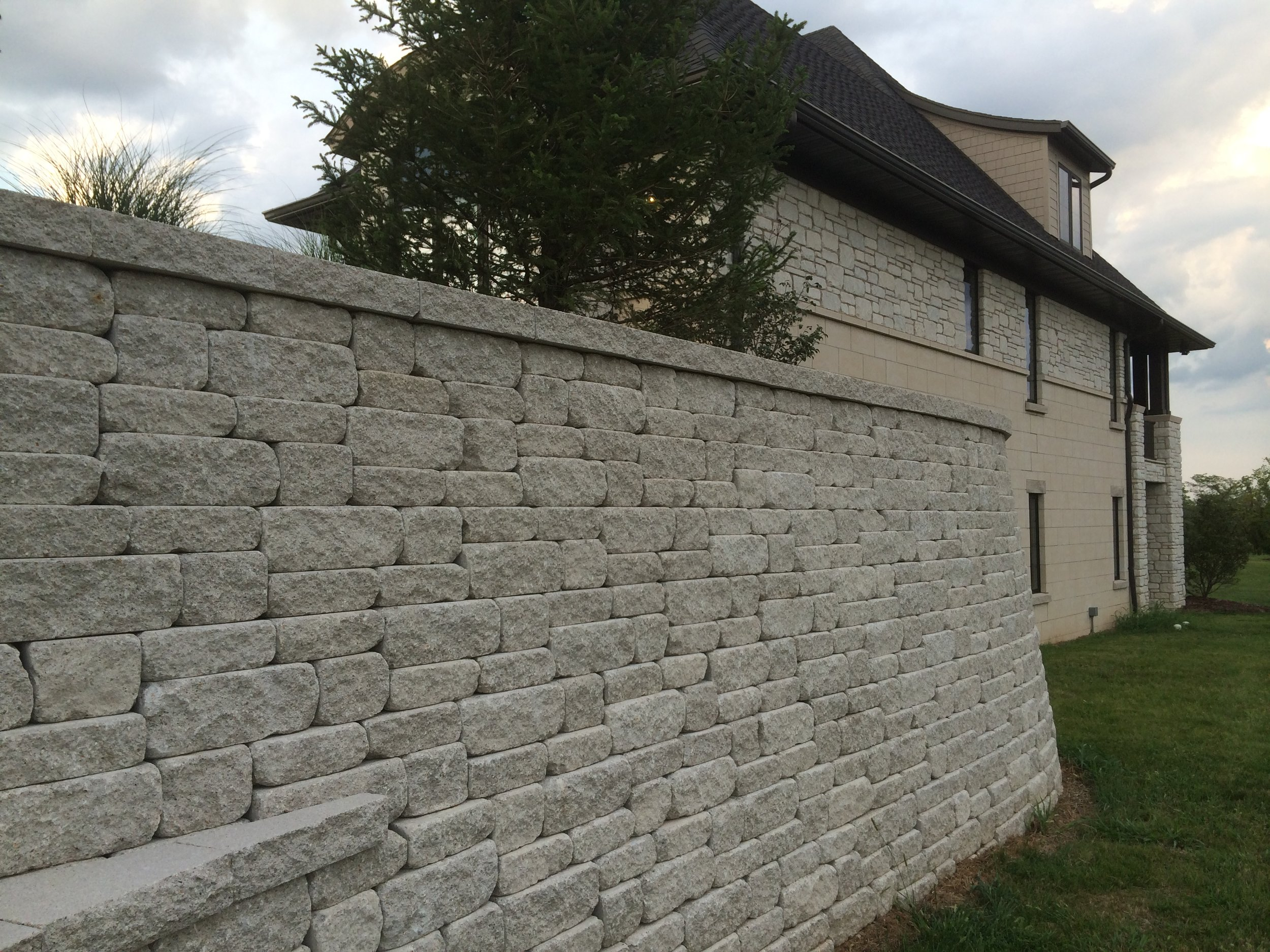 retaining_walls_weathered_versa-lok_MOSAIC-charcoal.JPG