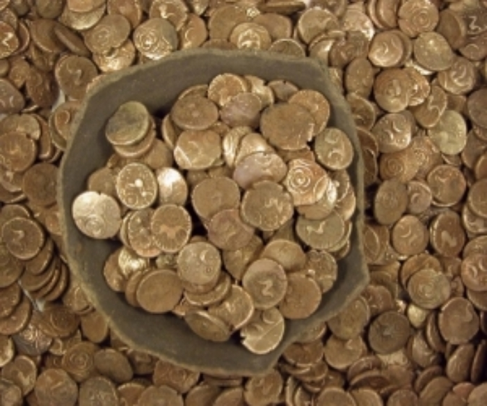 The Wickham Market Hoard: 840 gold Iceni coins.  (Portable Antiquities Scheme from London, England -  Uploaded by Victuallers, CC BY 2.0, https://commons.wikimedia.org/w/index.php?curid=10731055)