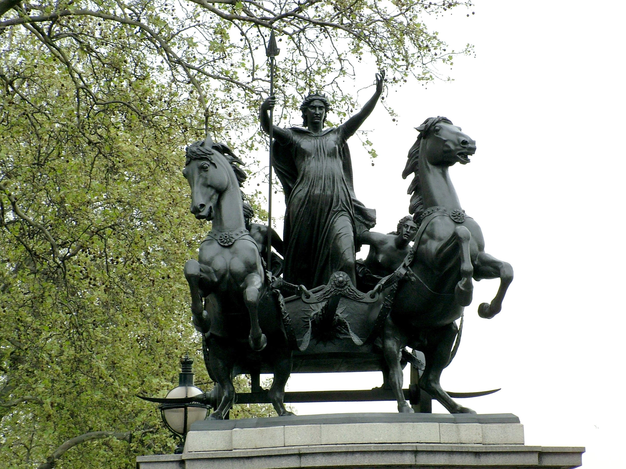 Statue of Boudica and her daughters near Westminster Bridge, London. This Victorian statue is not very accurate regarding her clothing, the chariot etc.  (By No machine-readable author provided. Lily15 own work assumed (based on copyright claims), CC BY-SA 3.0, https://commons.wikimedia.org/w/index.php?curid=1601437)