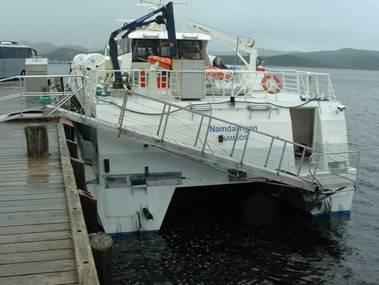 M/S Namdalingen ved kai i Namsos, med landgang i bruk ved lavvann.