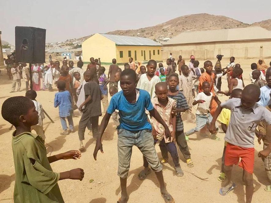 Kinderen spelen buiten in één van onze tijdelijke leercentra