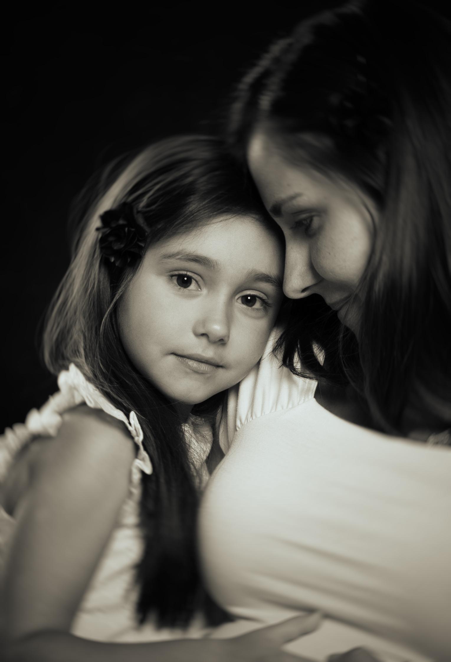 marta-hewson-little-girl-with-her-mother-fine-art-portraiture.jpg