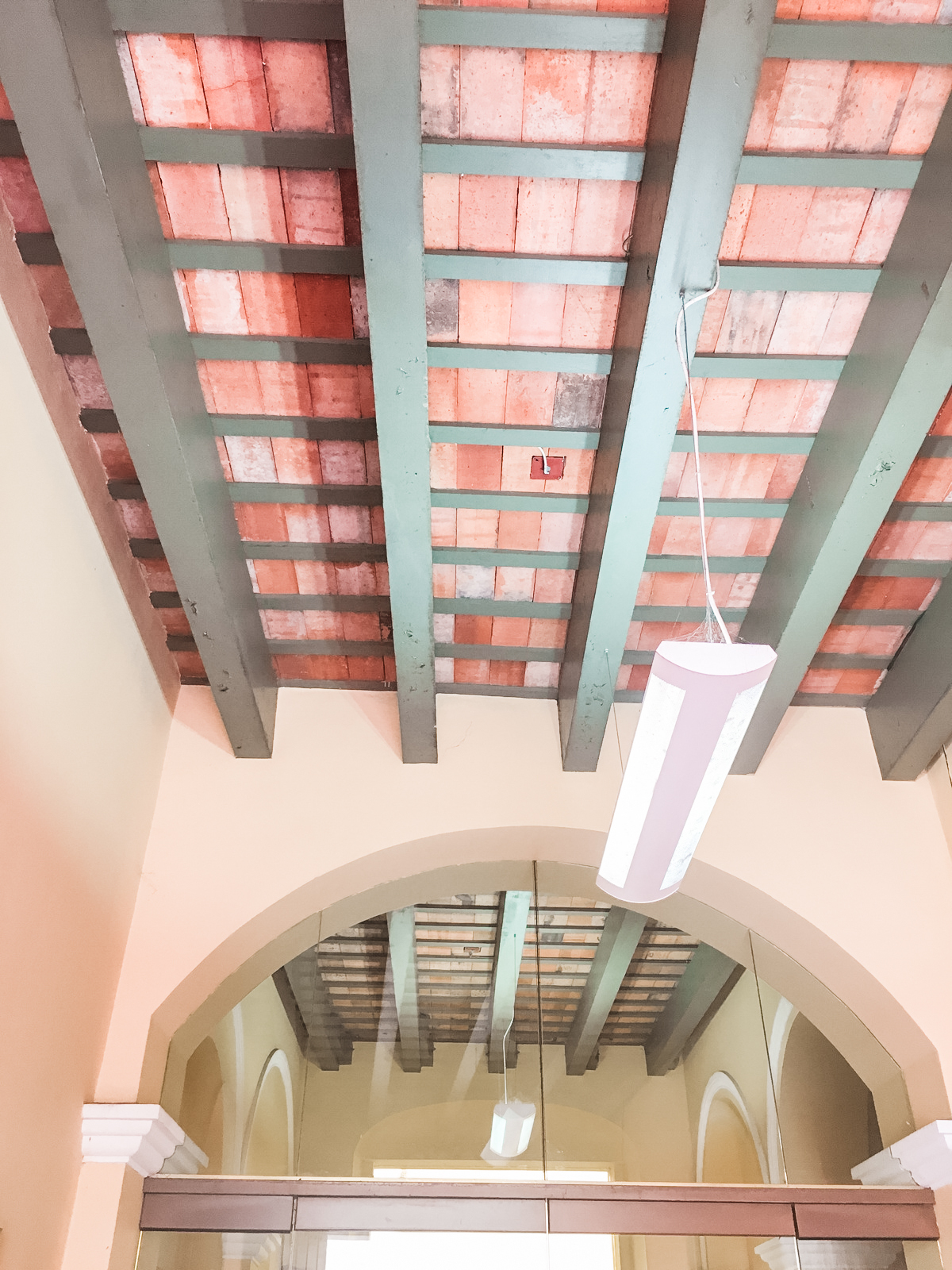 Check out this ceiling! I'm pretty sure it's an adobe brick 🧱 ceiling on top of simple wood framing. So cool! 😎 It works as a thermal mass, absorbing and holding heat during the day 🌞, and letting it out at night 🌚. Plus I'm sure it's a great sound barrier. And it's SO gorgeous. 😍 We saw a few buildings like this in Old San Juan 🌴. I did a little research 🕵🏻♀️ but couldn't find much information on how it's built. If you know more about it, 🤔 please let me know! ps. This is the last photo from Puerto Rico, I swear. 😜