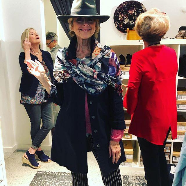 Monday mojo. Wear what makes you feel fabulous ❤️ #mondaysbelike #suziroher #cambio #hat