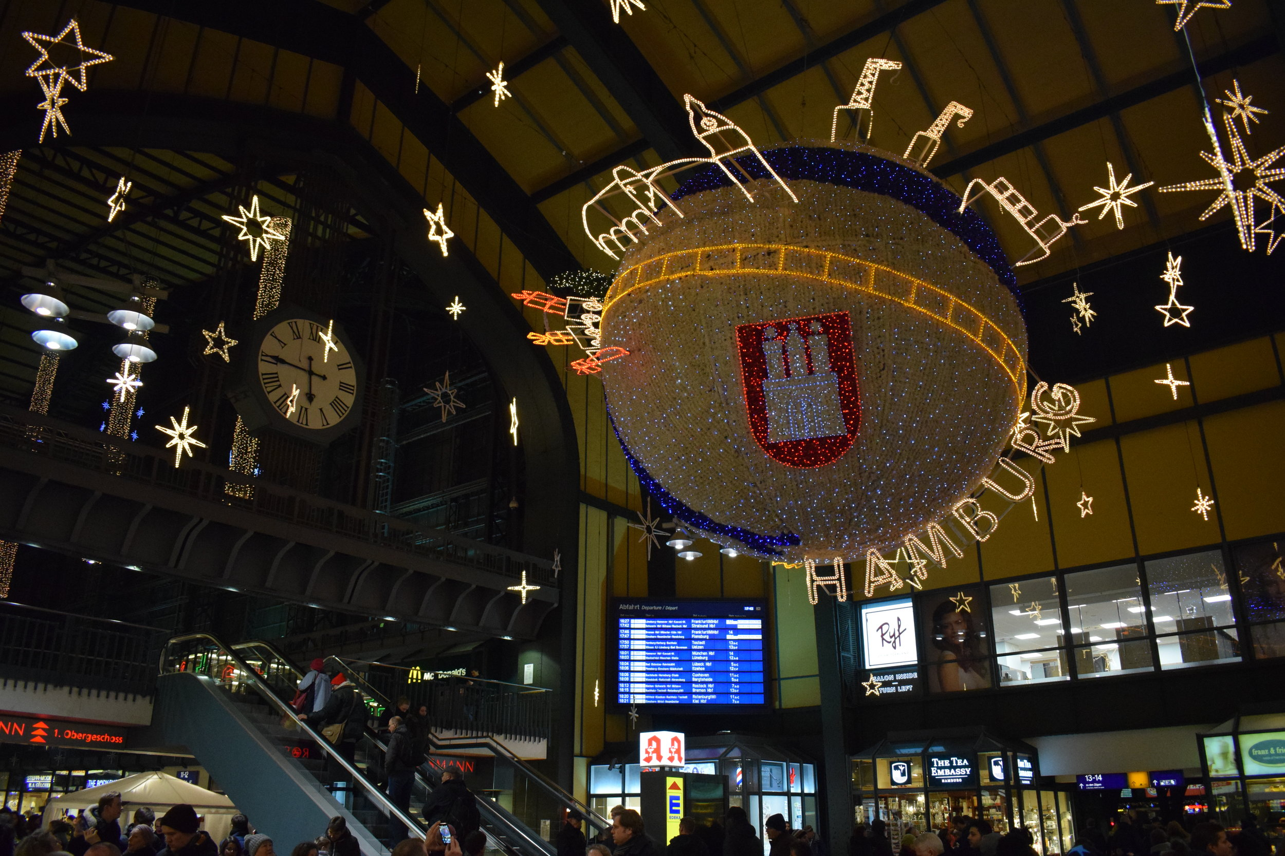 Hamburg has to be one of the world's best decorated cities at Christmas time. Here's one piece of evidence at Hamburg Hauptbahnhof (Central Station).