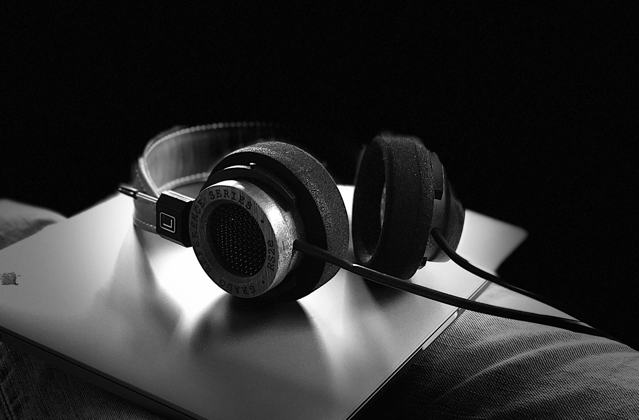 Noise-cancelling headphones could be the key to a peaceful trip. Image credit:    Umair Abbasi   /   Creative Commons