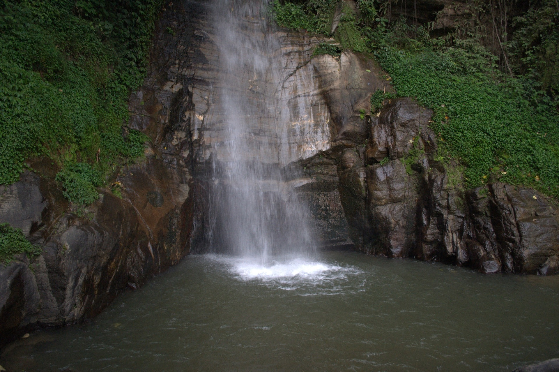 You can also see beautiful waterfalls in Gangtok.