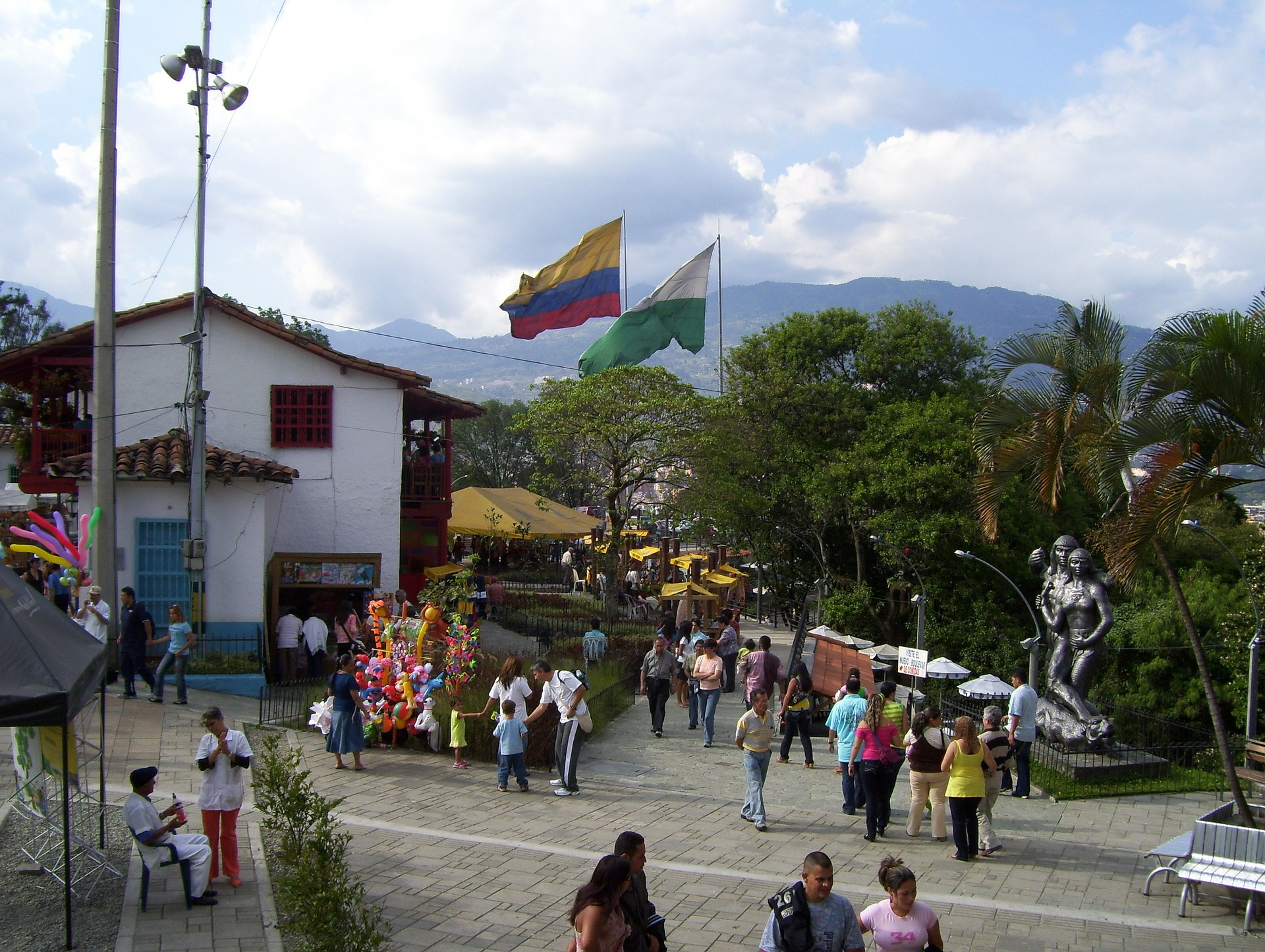 A look at what you can expect to see on a walking tour of Medellin.