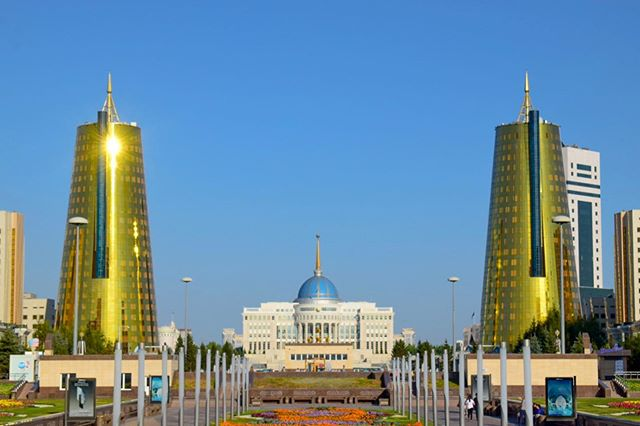 🇰🇿 One of my favourite pieces of architecture in Nur-Sultan is the Beer Cans. These giant, golden towers straddle the Ak Orda Presidential Palace which you can see in the middle. 🍻