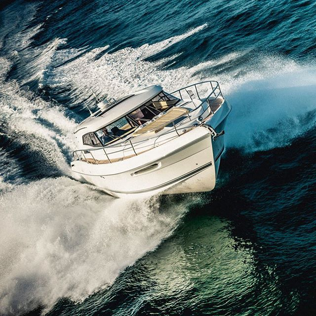 Chasing boats in helicopters harnessed in without a door always gets the adrenalin rushing #aerial #marine #motorboat #boating #boatlife #luxuryboat #ocean #lifestyle #photographer #australianphotographer #australia #thisisqueensland #visitgoldcoast