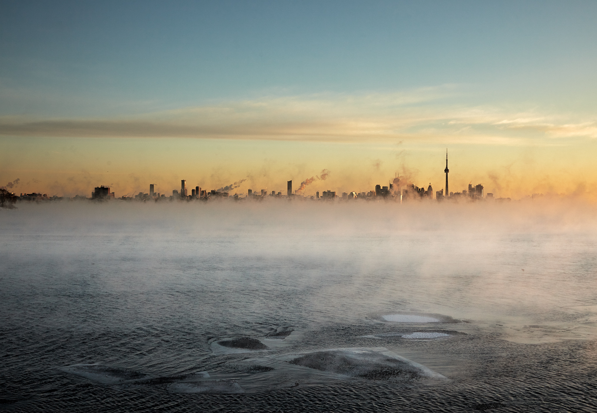 humber-bay_park_snow_sunrise_cn-tower_ice_beach_winter_02b.jpg