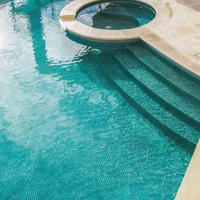Perfect weather for some pool design inspiration 🏊🏼☀️👙 #poolinspo #bellstone #naturalstone #travertine #houzzau #pooldesign #swimmingpool #outdoordesign