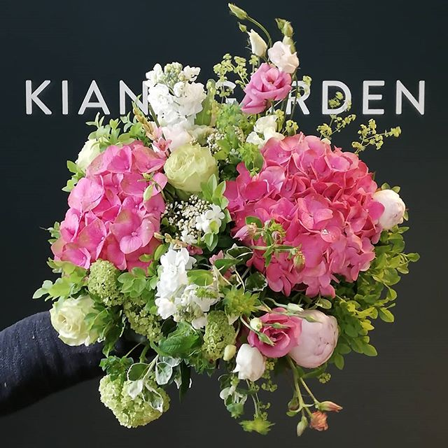 Das ist ein schöner, großer Blumenstrauß! So etwas bekommt man in unserem Store😍😜🌸 #kiansgarden #flowercatering #weeklydelivery #eventflowers #weddingflowers #floral #floraldesign #flowershop #munich #münchen #sendling