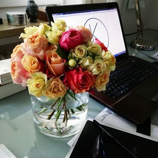 Heute arbeite ich zu Hause am Schreibtisch aber Blumen sind trotzdem in Reichweite 😁. Ab morgen wieder bei uns im Store am Margaretenplatz 10h-19h.  #kiansgarden #flowercatering #weeklydelivery #eventflowers #weddingflowers #floral #floraldesign #flowershop #munich #münchen #sendling #bunteblumen #blumendeko #flowergift #flowers #blumenabo #blumenstrauss #rosen #roses