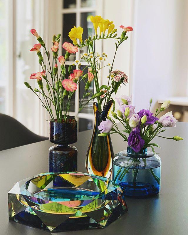 little table decoration! #flower #tabledecoration #dekoration #kiansgarden #flowers #home #blumenliebe #colorful #style #decoration #summer #fundamentalberlin #vintage #murano #vase