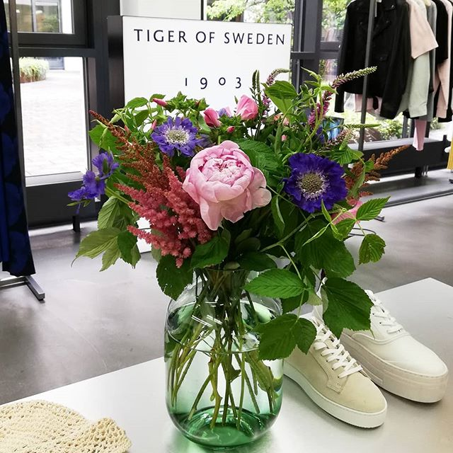 Showroom Flower Decoration. Order season @tigerofswedenofficial  #kiansgarden #flowercatering #weeklydelivery #eventflowers
