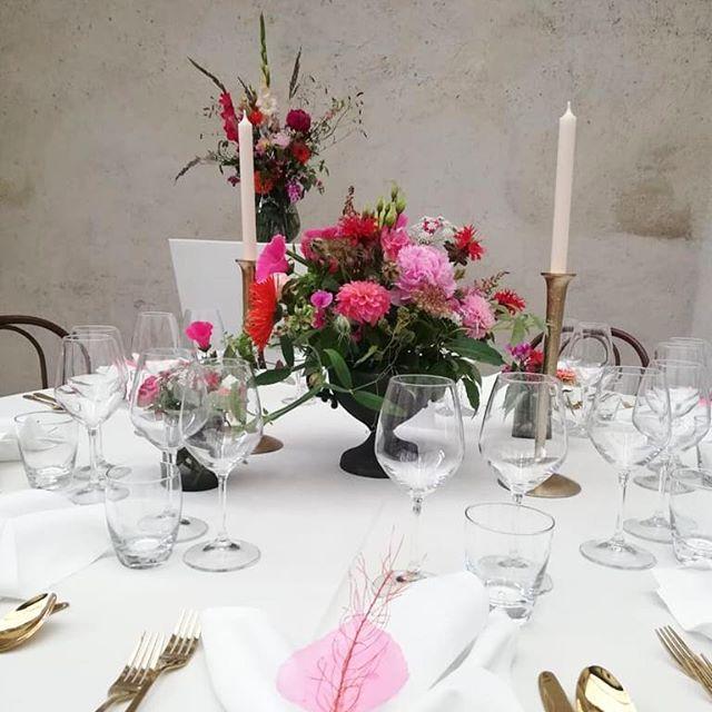Hochzeit in Bozen, Schloß Maretsch. Sehr schön war es! Tolle Location, ganz neutral. Toller Raum für die farbigen Blüten.  #kiansgarden #flowercatering #weeklydelivery #eventflowers #weddingflowers #weddingflorals #bunteblumen #schlossmaretsch
