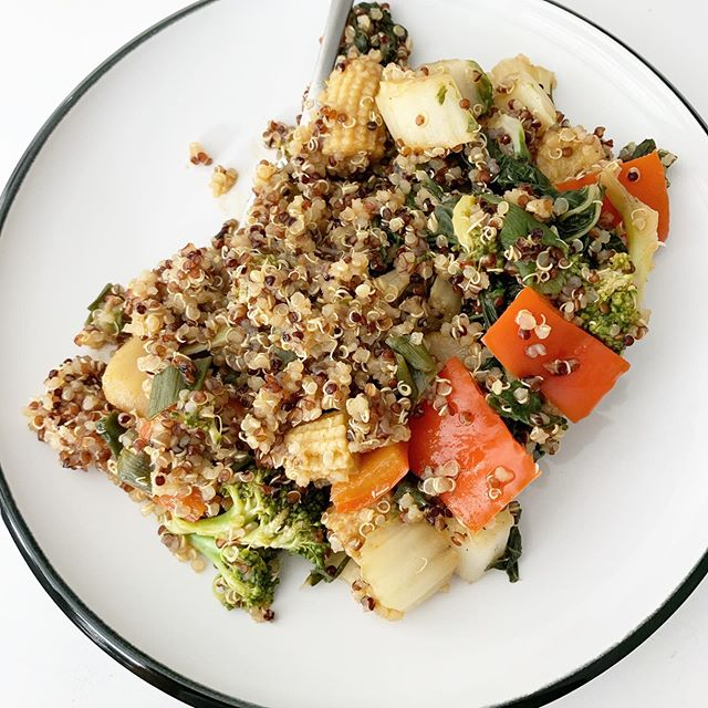 This morning was leftover quinoa and veggies from dinner last night - no rules for breakfast - just eat something delicious and nutritious🍴