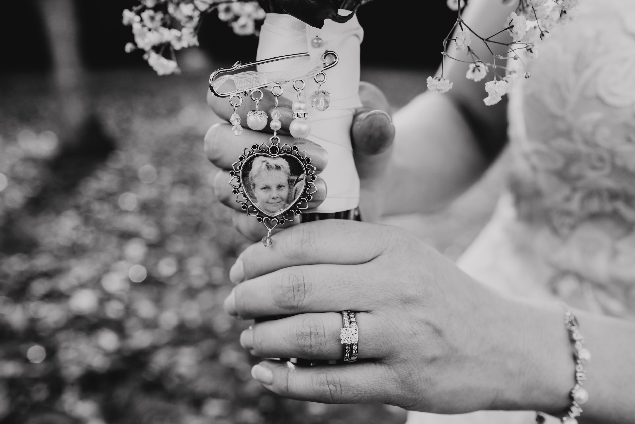 Bride includes photograph of her mother who passed away in her wedding bouquet