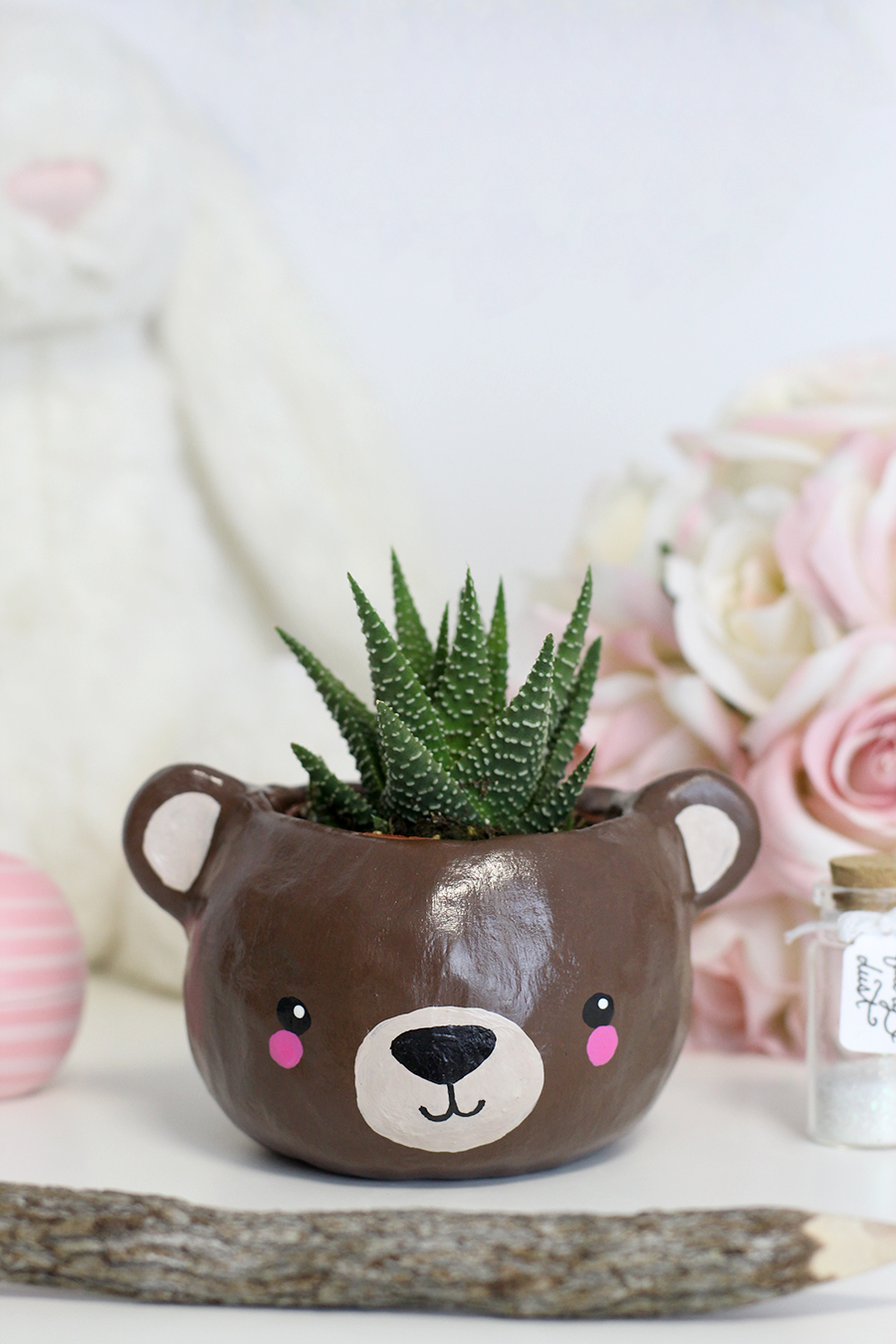Super cute animal (bear) head succulent planter made out of polymer clay and acrylic paints. Great for a gift for a friend or sister, or just to decorate your office. Click through for tutorial.