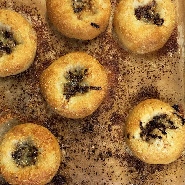 Fresh out da oven! Mindy Segal's sourdough bialies with tropea onions & parmesan 😍