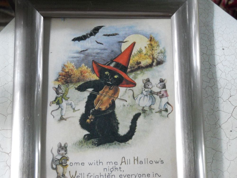 Charming vintage black cat helps to bring a bit of Halloween into my kitchen.