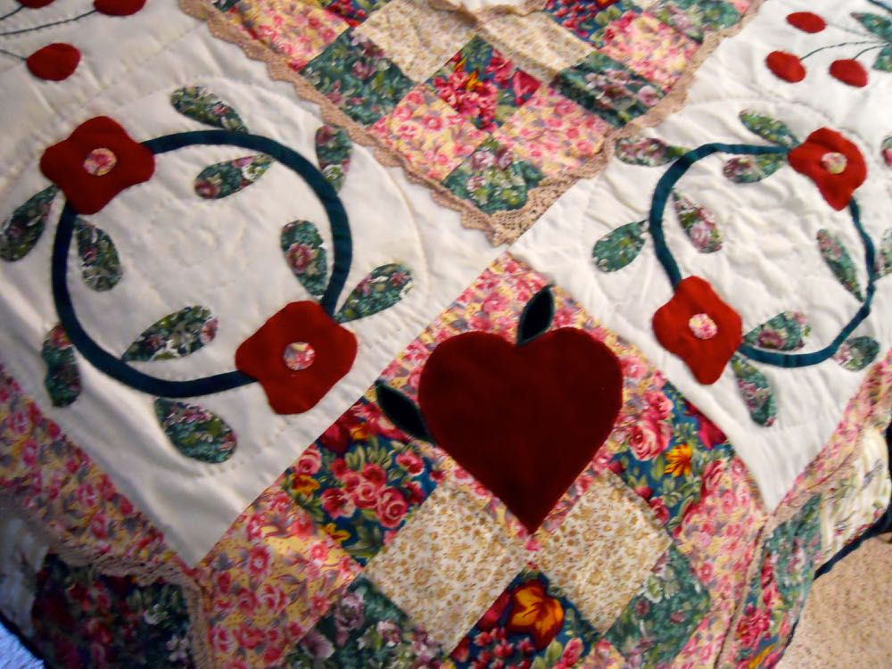 Country Sweetheart handmade quilt also has hearts at the corners. (Photo by Charlotte Ekker Wiggins)