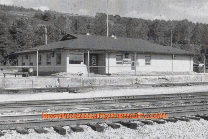 New Castle Junction B&O Yard Office - This photo was taken in 1998. This is the only information I have on this. Is it still standing? What was it before it was the B&O Yard office? MY THOUGHTS: The roof is PERFECT. There is an eye window. The door opening is off-center. It's a good