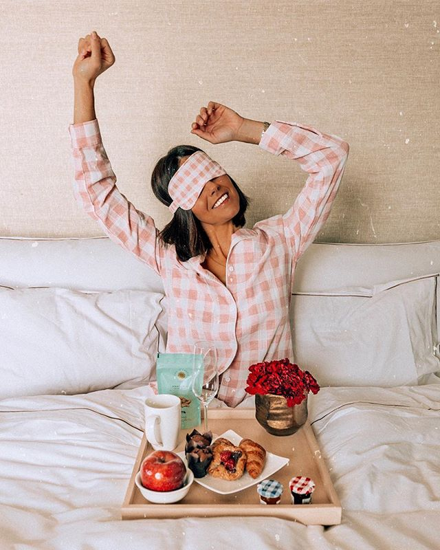 Comment with 💕 If you love having breakfast in bed.. 🥞☕️🥐🍓 I think every morning should start like this ✨ thanks to my @hotelartsbarcelona family to make this happen 😘💋 wearing the cutest pijamas from @saboskirt 🌸 #breakfast #sweet #breakfasttime