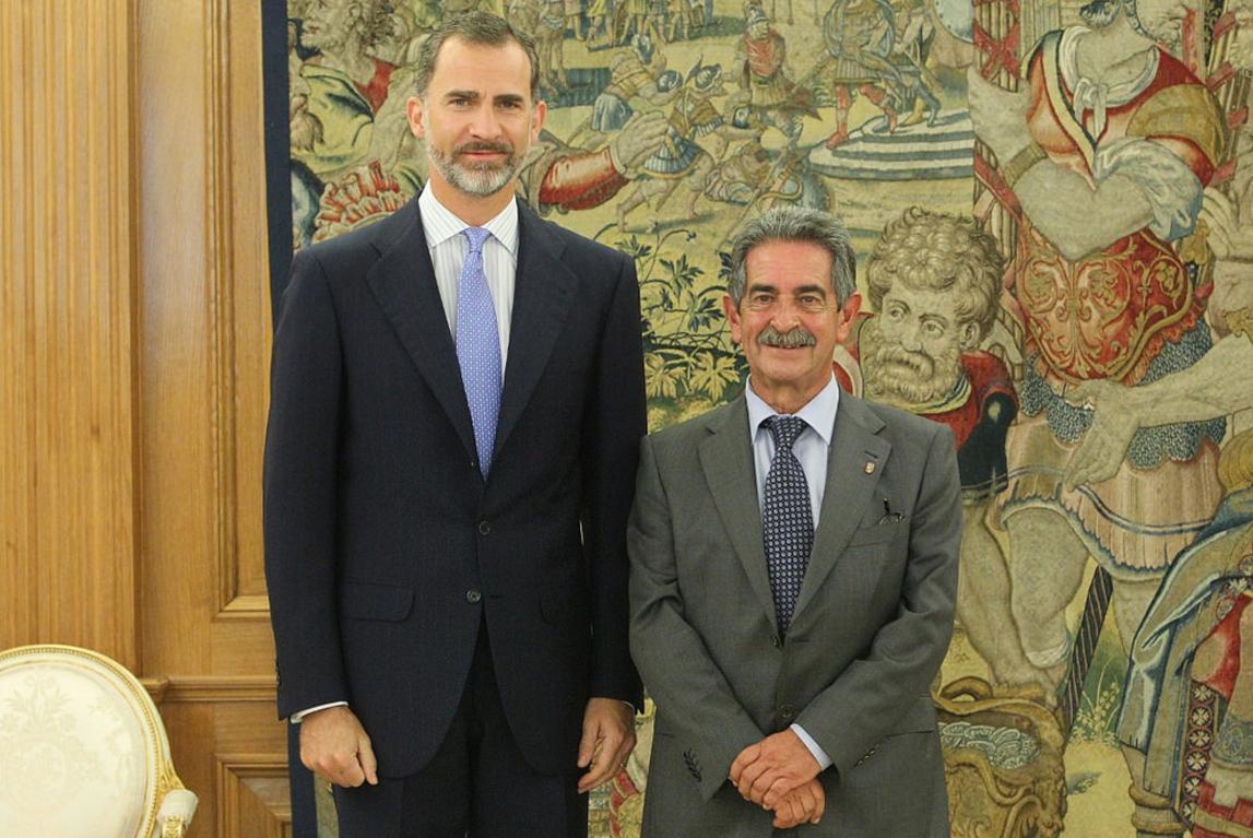 El presidente de Cantabria, Miguel Ángel Revilla, junto al Rey Felipe VI  / FLICKR