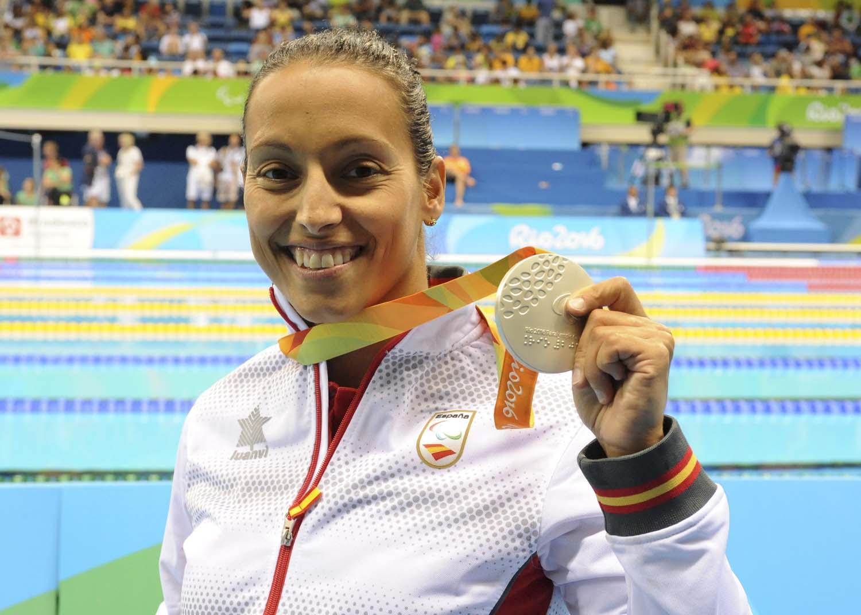 La nadadora paralímpica Teresa Perales recibiendo una medalla de oro en los Juegos de Río de Janeiro.  TERESA PERALES.