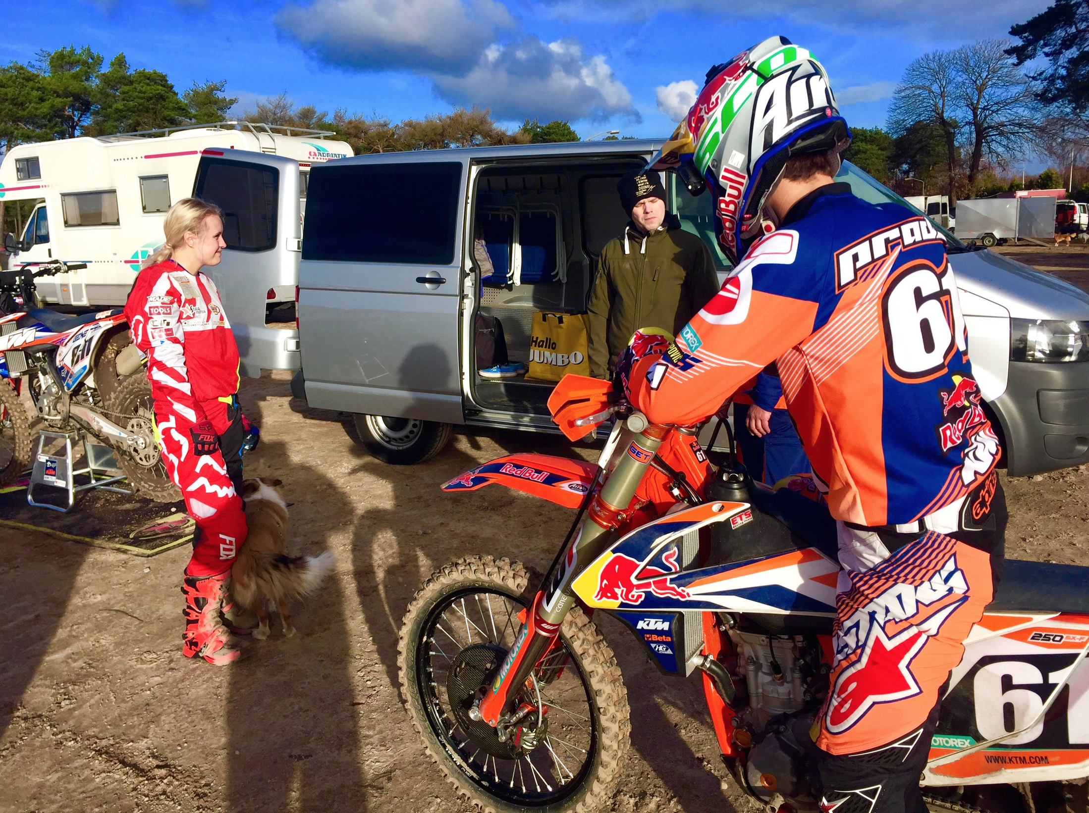 Genette's mechanic Sandris Lielups, here talking to the team surrounding Jorge Prado.