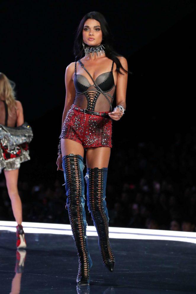 Daniela-Braga_-2017-Victorias-Secret-Fashion-Show-Runway--05-662x993.jpg